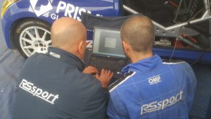 Sandro Rossi con un meccanico al lavoro di telemetria durante un parco assistenza